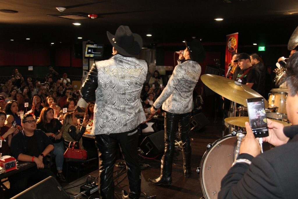 Fulfilling fans song request (Photo by: Fredwill Hernandez/The Hollywood 360)