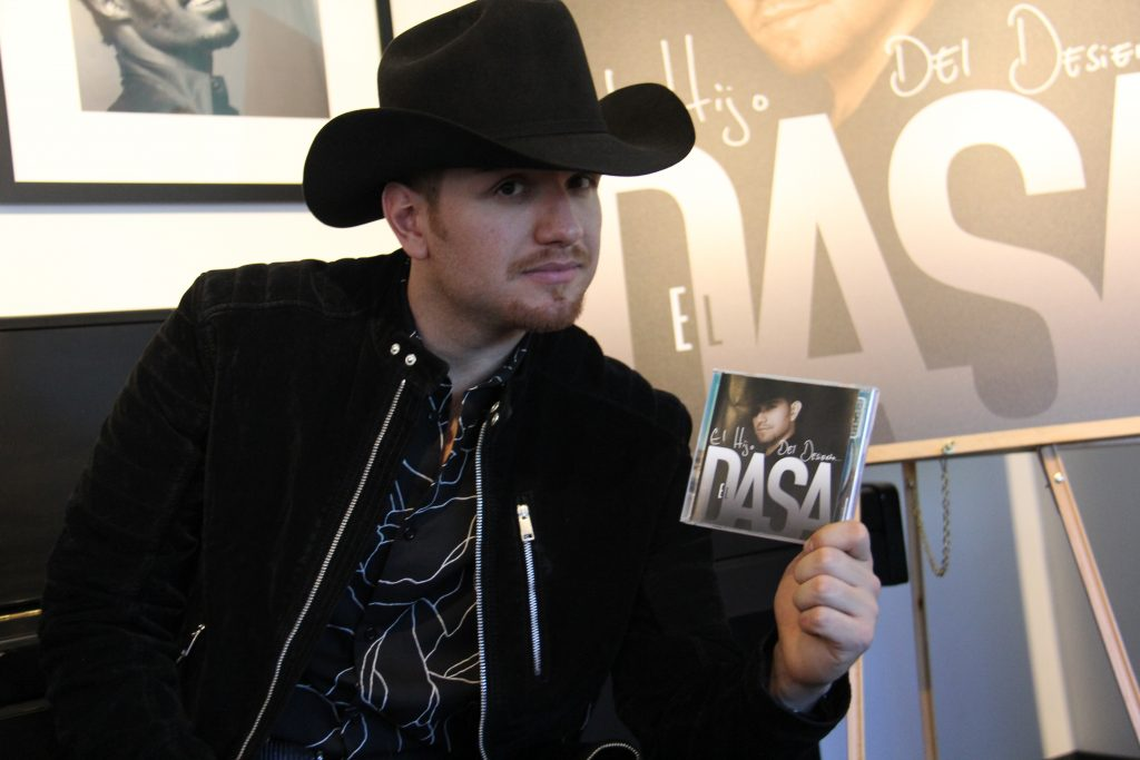 El Dasa holding Cd (Photo by: Fredwill Hernandez/The Hollywood 360)